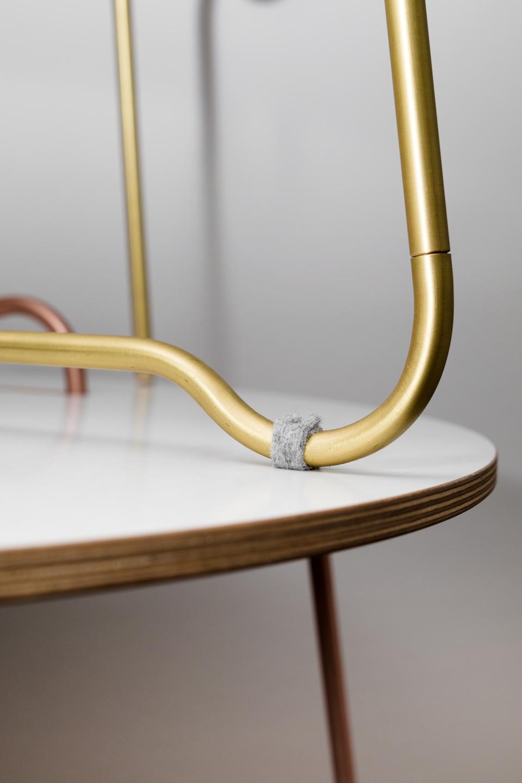 nachhaltiges moebel design salzburg couchtisch wellenreiter messing detail filzgleiter