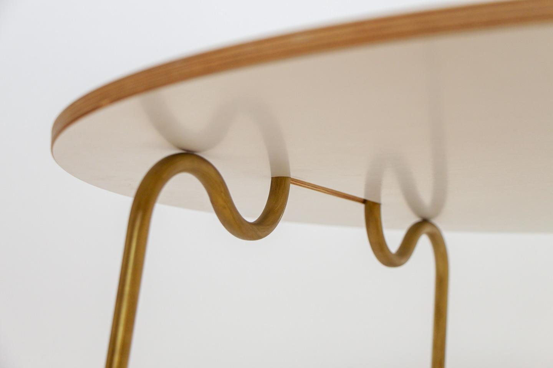 nachhaltiges moebel design salzburg couchtisch wellenreiter messing detail welle